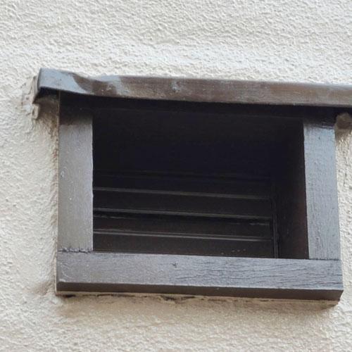 窓枠の傷み